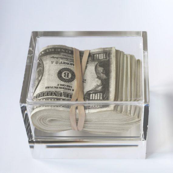 Objeto de cena Gasoline. Bolo de dinheiro cenografico-$15.000, Projeto Heist Films, 2013