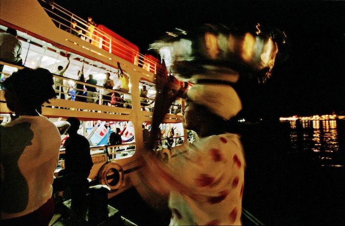 Vendedora no porto de Santarém, 2001